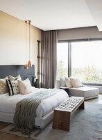Elegantes Schlafzimmer in Grau und Cremefarben