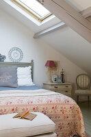 Schlafzimmer im französischen Stil unter der Dachschräge