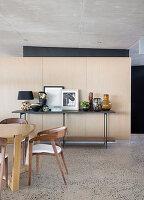 Esszimmer in Naturtönen im modernen Architektenhaus