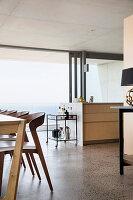 Esszimmer und offene Küche im modernen Architektenhaus