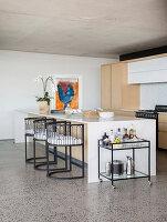 Halbrunde Stühle an der Kücheninsel im modernen Architektenhaus