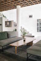 Lounge mit grauen Sofas und Designer-Couchtisch