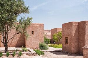 Gruppe typisch marokkanischer Lehmhäuser mit Hofgärten