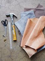 Utensilien für Kissenbezüge mit Ledergriff