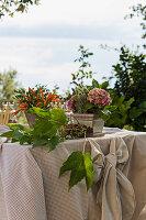 Zierpaprika und Hortensien mit Lavendel im Blumenkasten