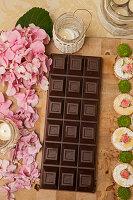 Rosa Hortensien, Zartbitterschokolade und Gebäck mit Rosen dekoriert