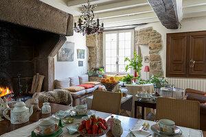 Traditionelles Esszimmer mit offenem Kamin und Steinwänden