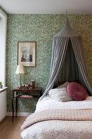 Nostalgisches Schlafzimmer mit grauem Baldachin und grüner Tapete