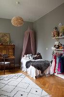 Kinderzimmer mit antikem Sekretär und grauen Wänden