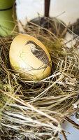 Osternest mit bemaltem Ei