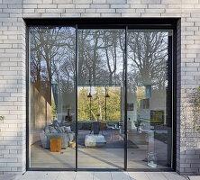 Quadratisches Fenster zum großen Wohnzimmer im Architektenhaus