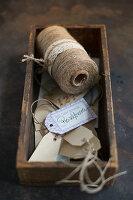 Geschenkanhänger aus Papier und Garn in Holzkästchen