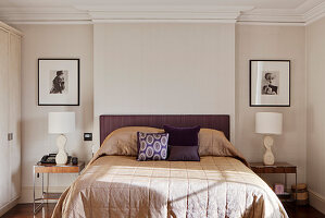 Beige and lilac bedroom with bedside tables in niches