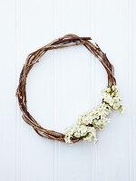 Weidenkranz mit weißen Frühlingsblüten