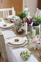 Festlich gedeckter Ostertisch mit Blumendeko