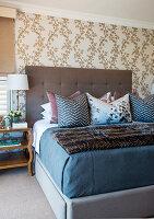 Elegantes Schlafzimmer in gedeckten Farben