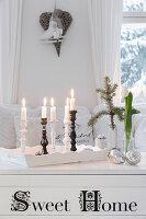 Weiße Holztruhe als Couchtisch mit Weihnachtsdekoration