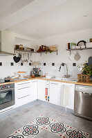 Moderne Landhausküche mit gemusterten Bodenfliesen