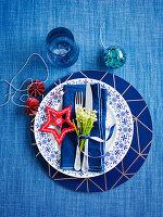 Weihnachtliches Gedeck im maritimen Stil