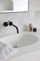 Eleganter, weißer Waschtisch mit integriertem Waschbecken