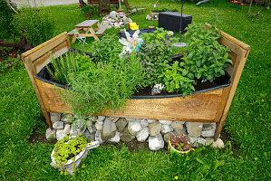 Altes Bauernbett bepflanzt als Kräutergarten