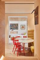 Blick ins kleine Esszimmer mit Durchgang zum Wohnzimmer