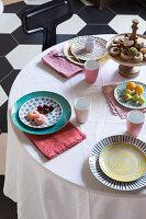 Gedeckter Tisch mit Gebäck und Früchten