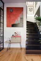 Retro Schränkchen unter Gemälde neben Treppenaufgang