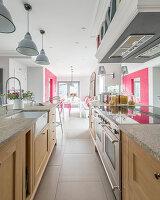 Moderne Landhausküche und Esszimmer mit Akzenten in Pink