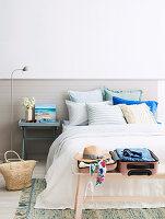 Zweifarbige Wand im Schlafzimmer in sommerlichen Naturtönen