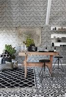Rustikaler Holztisch und schwarze Hocker in schwarz-weißer Küche