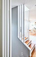 Blick auf Treppenaufgang in offenem Wohnraum