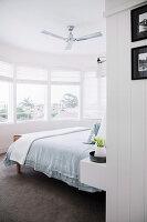 Blick in Schlafzimmer mit Doppelbett und Erker