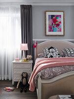 Elegantes Bett und Nachtkästchen im Kinderzimmer mit Stofftieren