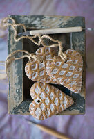 Dekoherzen mit Waffelmuster auf einer Kiste mit abgeblätterter Farbe