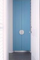 Blick durch geöffnete Tür auf blauer Schranktür