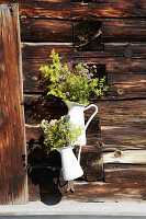 Wiesenblumenstrauß in weißen Emaillekrügen