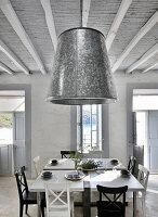 Lampenschirm aus Zink im Esszimmer im Landhausstil