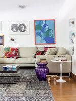 Beistelltische neben Sofa in Beige und Bilder an der Wand