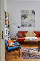 Blick ins Wohnzimmer mit blauen und roten Retro-Möbeln