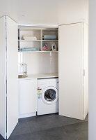 Blick durch geöffnete Falttüren in Waschraum