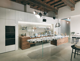 Moderne Küche mit rustikaler Holzdecke und schwebender Kücheninsel