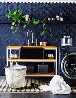 Waschtisch neben Waschmaschine im Waschraum mit blauen Wandfliesen