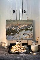 Berg Zimtsterne unter einem alten Gemälde mit Winterlandschaft