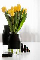 Tulpenstrauß in DIY-Vase aus Glas und schwarzer Klebefolie
