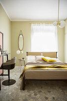 Helles Schlafzimmer in Beige mit Steinboden