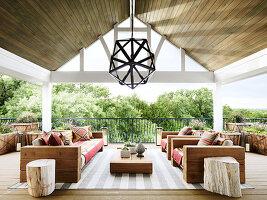 Outdoormöbel aus Holz auf überdachter Terrasse
