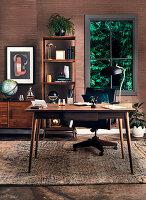 Schreibtisch, Sideboard und offenes Regal im Arbeitszimmer mit dunkler Holzverkleidung
