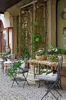 Österlich dekorierte Tische und Stühle vor dem Haus