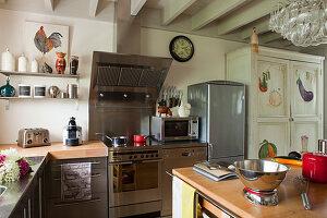 Moderne Geräte in renovierter Landhausküche